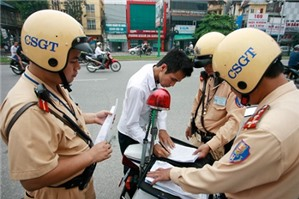 Cảnh sát giao thông có được dừng xe để xác minh xe không chính chủ?
