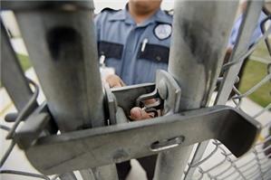 Giám thị trại giam không cho thăm tù dịp Tết, đúng hay sai?